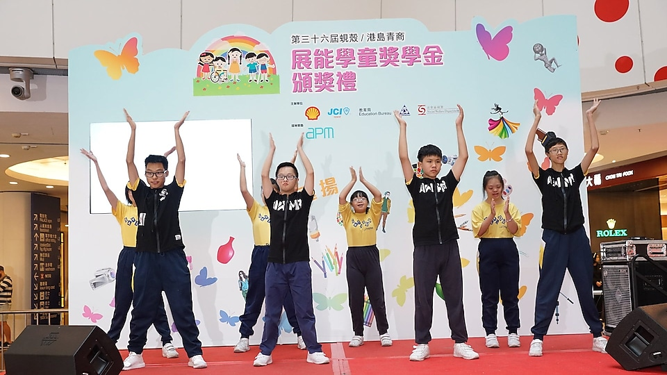 Students of Saviour Lutheran School kicked start the award ceremony by performing K-POP dance.