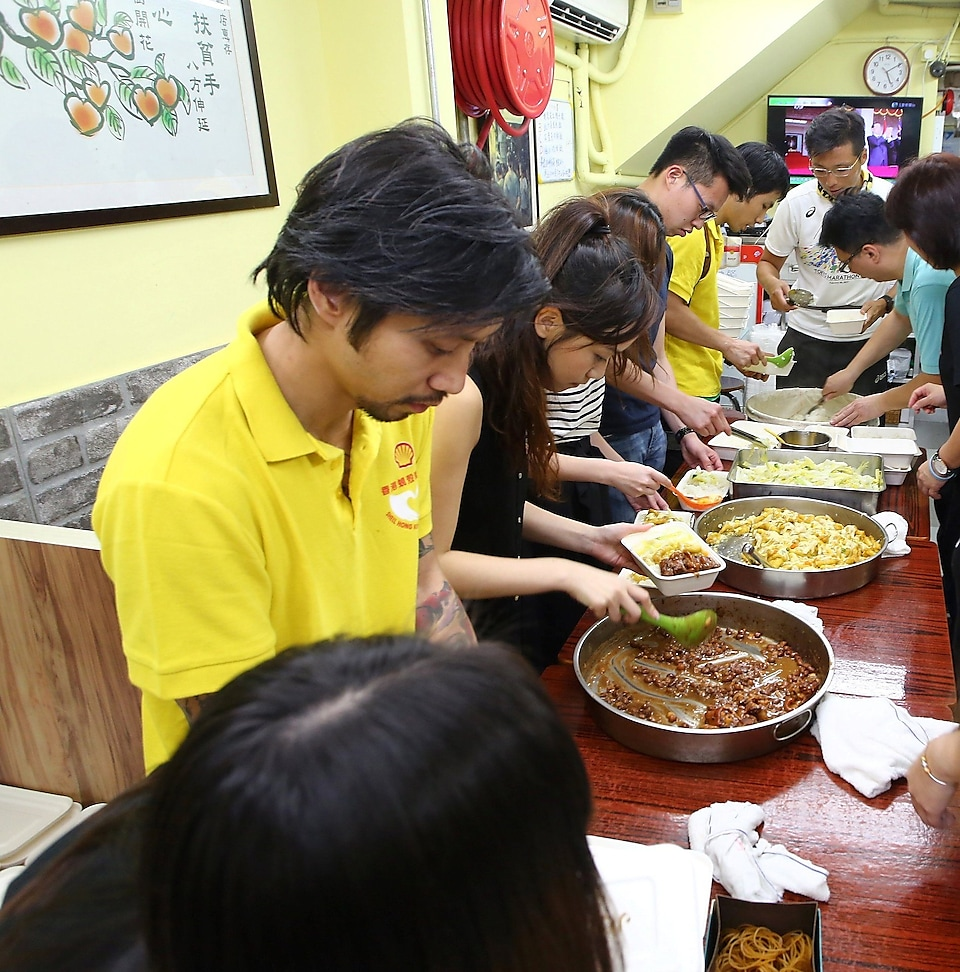 Shell Hong Kong volunteers prepare meal boxes.